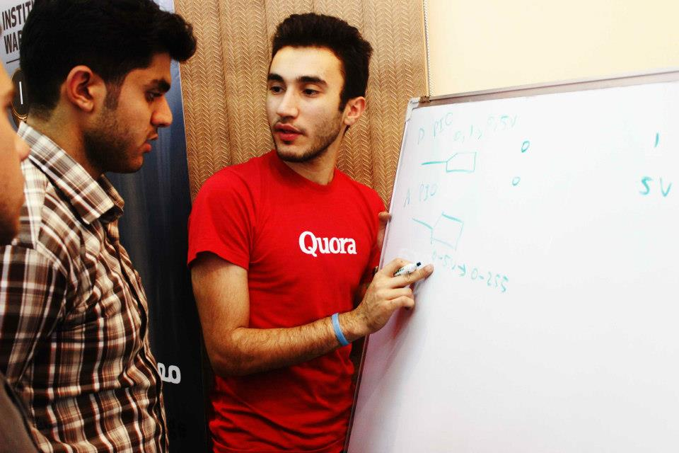 Murtadha sharing some ideas with the Baghdad Hackerspace crew